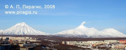 Вулканы (слева направо): Корякский, Авачинский, Козельский; вид из Петропавловска-Камчатского