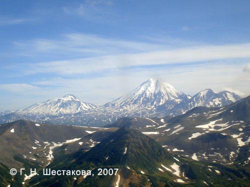 Вулканы Авачинско-Корякской группы (слева направо): Авачинский, Корякский, Арик, Ааг; вид с севера. Снимок сделан с вертолёта