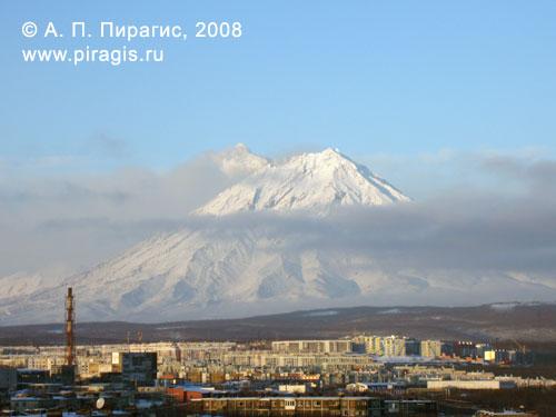 Вид на извергающийся Корякский вулкан из Петропавловска-Камчатского, 28 декабря 2008 года