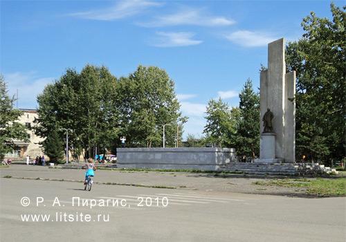 Улица Победы в селе Мильково Камчатского края; центральная площадь с памятником В. И. Ленину