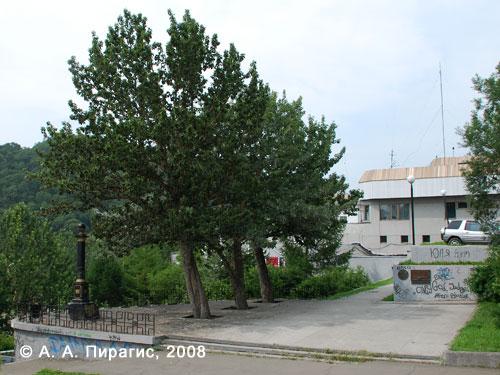 Памятник Витусу Берингу (на фото слева) и два памятных знака (справа, на стене) в честь 250-летия открытия Аляски (20 июля 1741 — 20 июля 1991). Петропавловск-Камчатский, 2008. Автор фото А. А. Пирагис