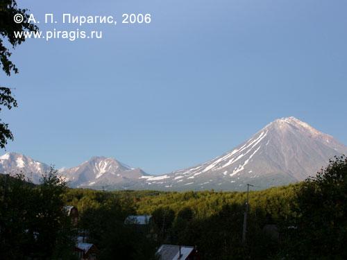 Вулканы (слева направо): Ааг, Арик, Корякский; вид из дачного посёлка в окрестостях города Елизова