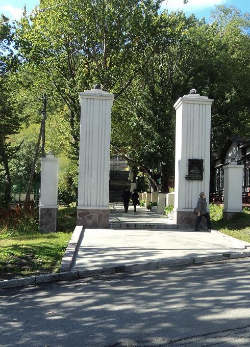 Колонны перед лестницей с улицы Красинцев на Никольскую сопку. На правой колонне — памятная доска. Сентябрь 2020 года. Автор фото: Р. Пирагис